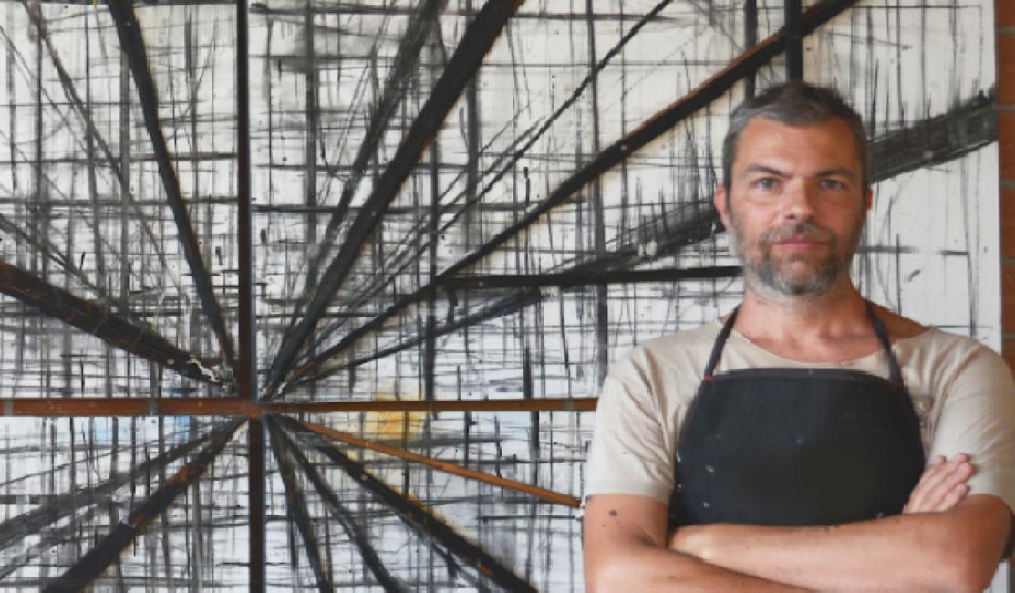 """Βασίλης Καβουρίδης: «Η τέχνη που """"πωλείται"""" πλέον στη Μύκονο είναι τελείως εμπορική»"""