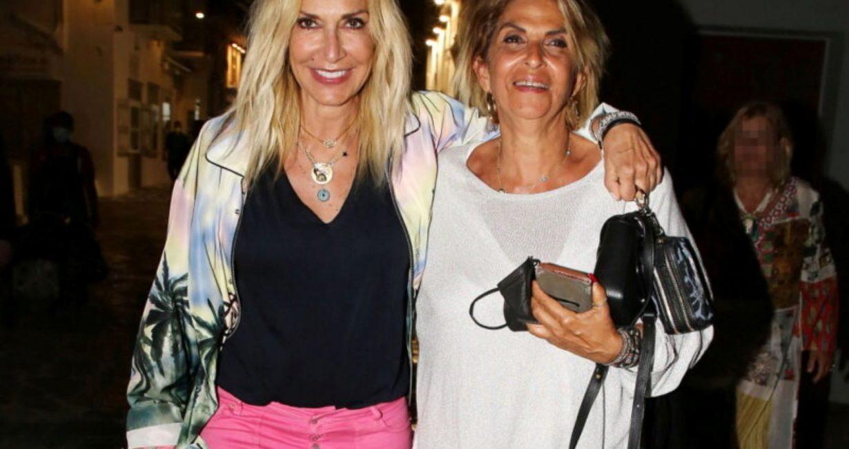Η Άννα Βίσση σε βραδινή βόλτα με την αδελφή της στη Μύκονο