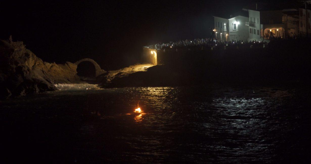 Πλήθος κόσμου στην αναπαράσταση του καψίματος της Κανάριας στην Άνδρο