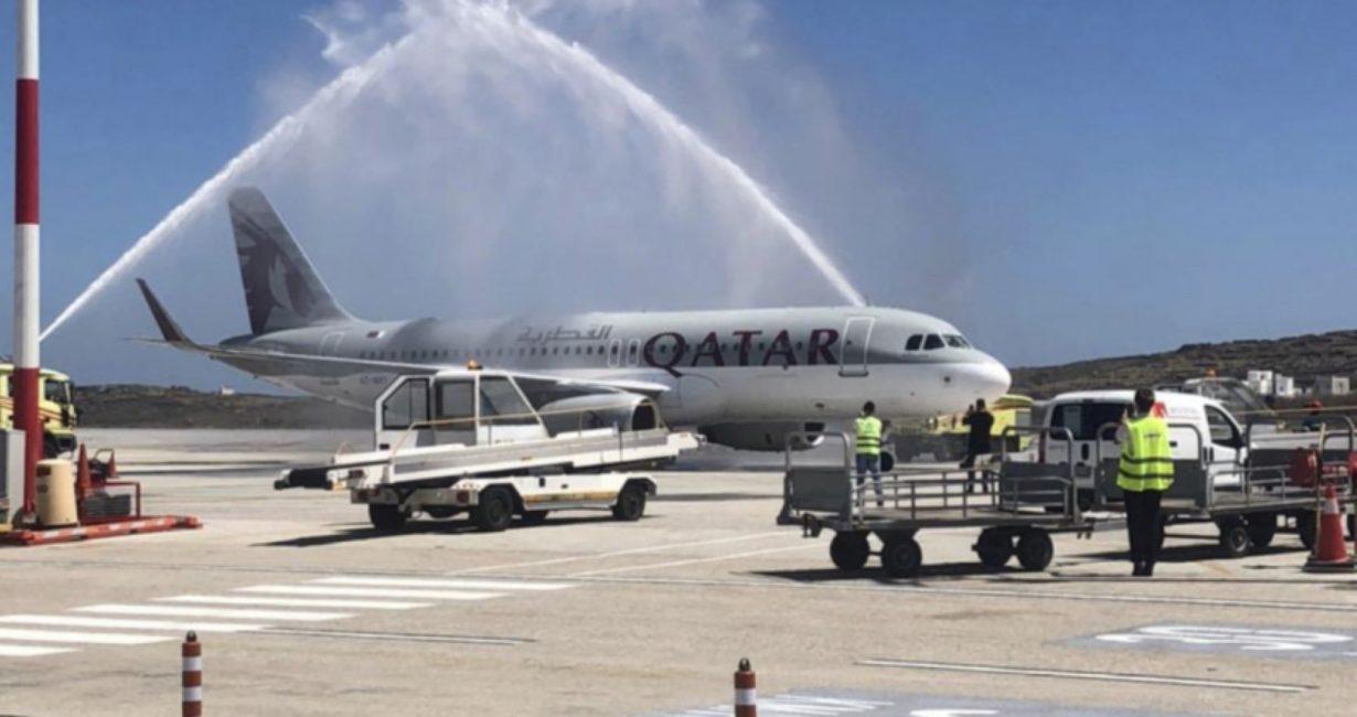 Με θεαματικό τρόπο υποδέχτηκαν την πρώτη πτήση της Qatar Airways στο αεροδρόμιο της Μυκόνου