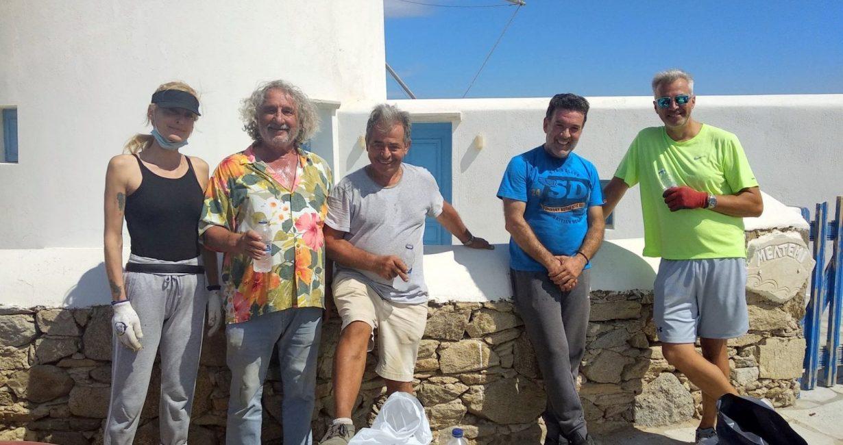 Μυκονιάτες πήγαν να καθαρίσουν τους Μύλους από αγριόχορτα και απορρίμματα