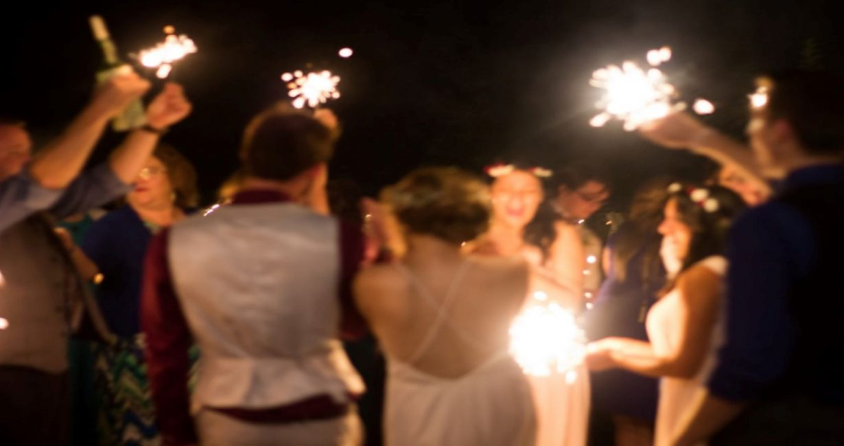 Γαμήλιο πάρτι στη Μύκονο με καλεσμένους να χορεύουν με μουσική από ακουστικά