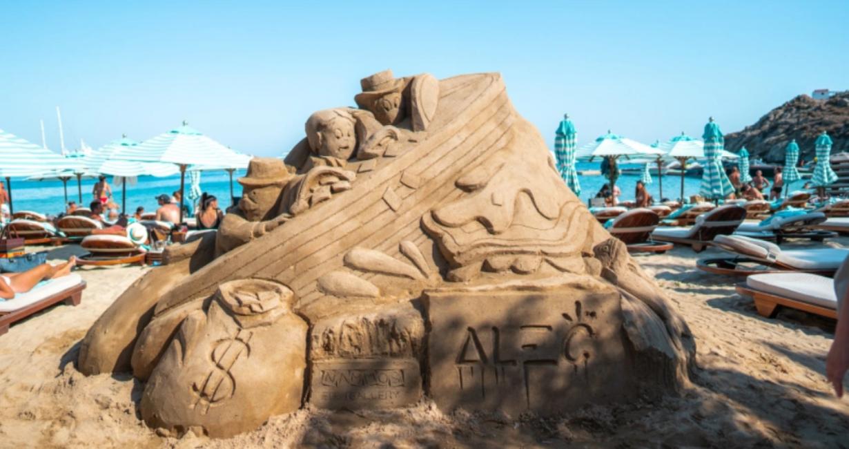 Το εντυπωσιακό έργο του Alec Monopoly έξω από το Nammos