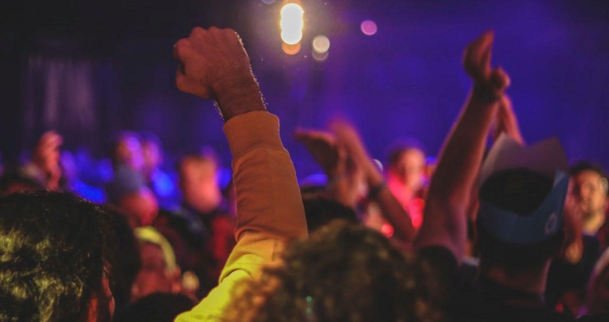 Αυξανόμενα κρούσματα, πάρτι και η ανακοίνωση στο facebook