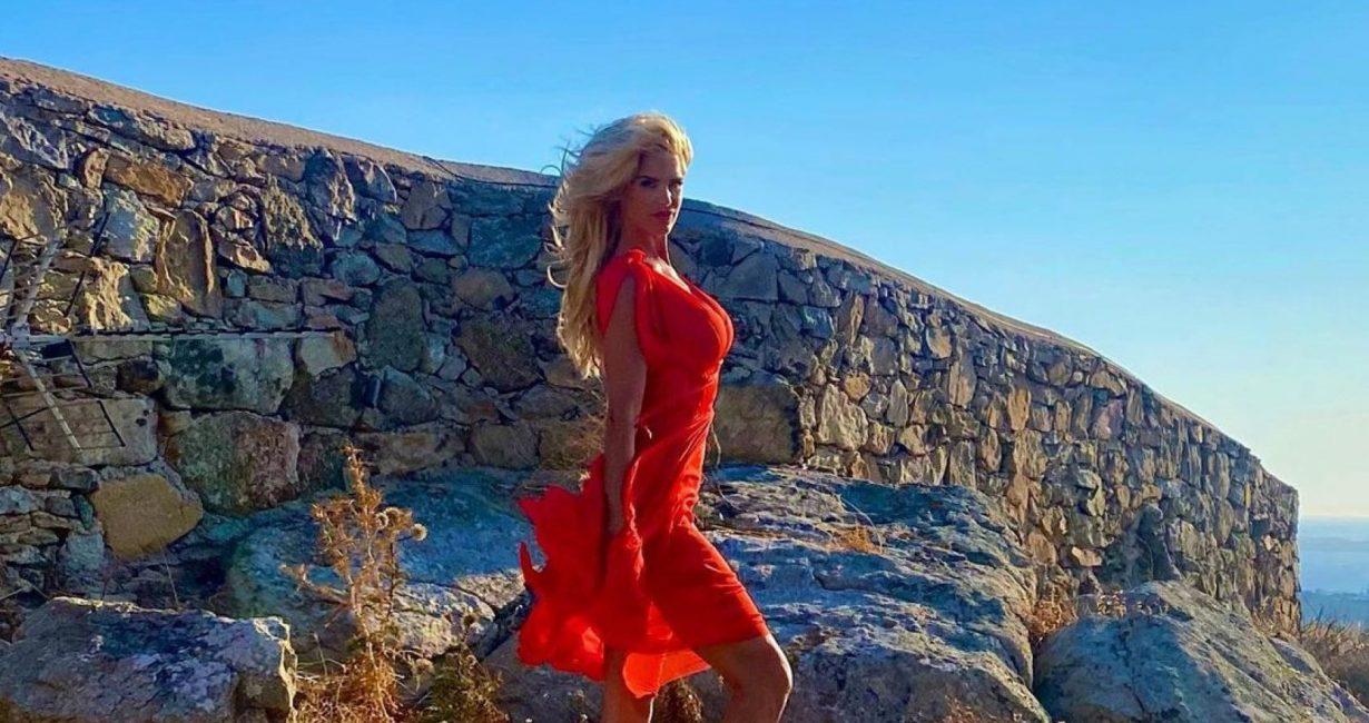 Το 46χρονο πλέον μοντέλο από τη Σουηδία, Βικτόρια Σίλβστεντ, στη Μύκονο